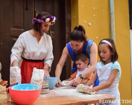 Месят питки за Петковден в Стария град