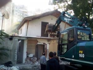 Масивна двуетажна къща сред бутнатите в Армана СНИМКИ