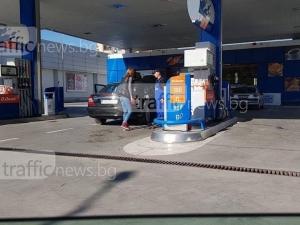 Абсурд! Пловдивчанка тръгна с маркуча, докато зареждат возилото й на бензиностанция СНИМКИ