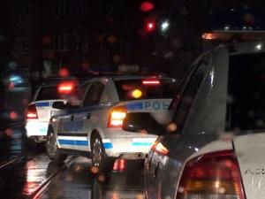 Задържаха полицаи, осигурявали чадър над наркодилъри