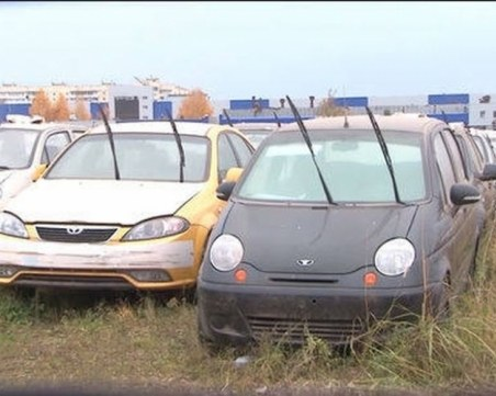 ВИДЕО, показващо захвърлени 1500 чисто нови автомобили, се оказа лъжливо