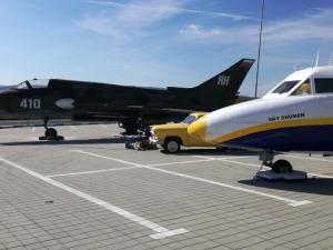 Боен самолет паркира на паркинг за тирове край Прохода на Републиката