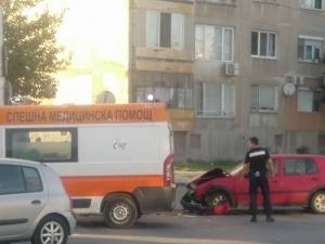 Голф се натресе в такси в Изгрев, линейка е на място СНИМКИ