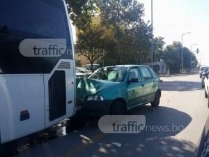 Шофьор без книжка се заби в автобус на Пещерско, свалиха му номерата