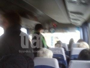 Пенсионери се тъпчат прави в автобус до Пловдив, служител на превозвача заема място за инвалиди