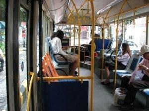 64-годишен е в болница с трамви по главата след рязко спиране на автобус от градския транспорт