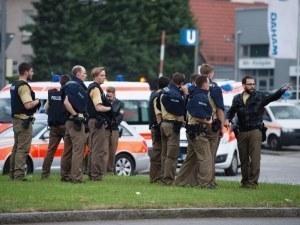 Мъж с нож дупчи хора наред в Мюнхен, полицията го издирва
