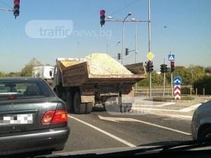 Риск на пътя в Пловдив - камион с чакъл и без платнище изпоти шофьорите зад себе си СНИМКИ