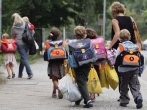 Петокласничка написа жалба до Агенцията за закрила на детето, иска край на 8-килограмовите раници