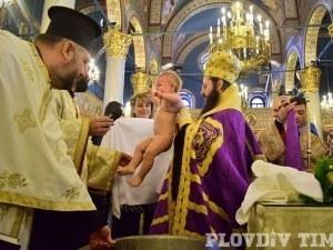 Масово кръщене в Пловдив! 60 бебета приеха Христовата вяра, Иван Тотев е сред кръстниците