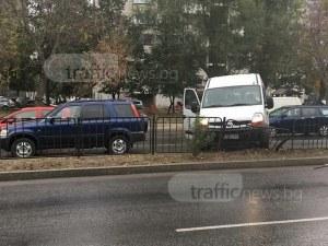 Дъждът с първа ламаринена жертва в Пловдив: Бус огъна метална ограда в центъра СНИМКИ