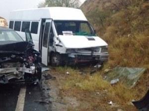 Бус и камион катастрофираха, има информация за загинал