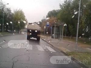 Свободно развяващият се без платнище камион с чакъл отново се появи! СНИМКИ