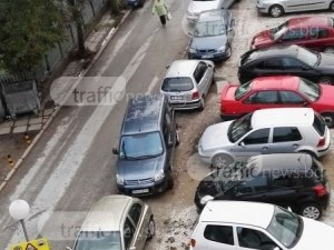 Хаос по тротоарите в Смирненски! Деца и възрастни се движат с прибежки по шосето