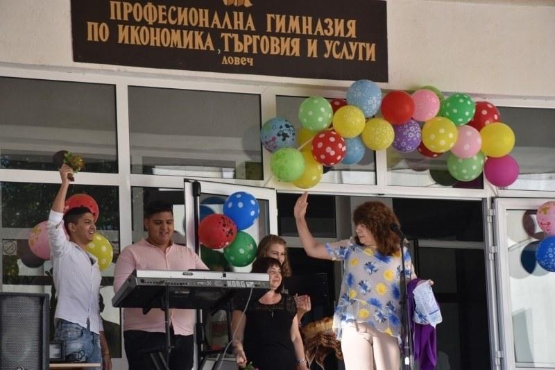 Вместо химн и тържествен звънец: Деца пеят Азис на първия учебен ден! ВИДЕО