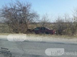Тежка катастрофа край Пловдив! Кола се заби в канавка, шофьорът е в болница