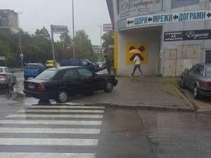 За да е по-близо до входа: Нахалник зае тротоар и блокира пешеходци в Тракия СНИМКИ