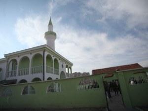 Незаконната ограда на джамия завзе тротоар, планират бутането й