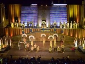 Филм разказва за създаването на Аида на сцената на Античния