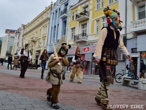 Кукери бродят по Главната на Пловдив, гонят зомбита и зли духове