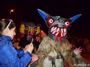Напук на Хелоуин: Кукери и гайдари в Пловдив СНИМКИ