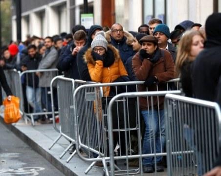 Стотици души прекараха нощта пред магазините в очакване на новия iPhone X СНИМКИ