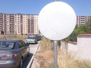 Войната продължава! Пловдивчанин паркира колата си пред Оазис 4 в Кючука, спукаха му гумите