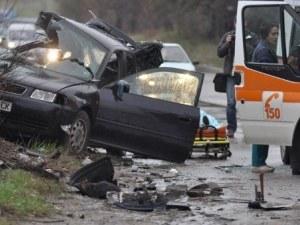 Двама души издъхнаха при тежка катастрофа в ранните часове на деня