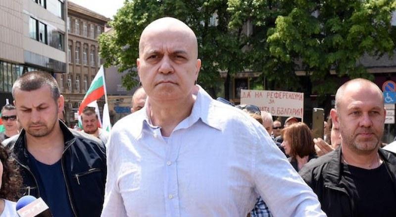 Над 2000 души напират за партията на Слави Трифонов
