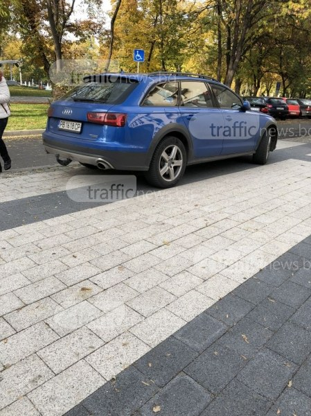 """От любов към наглостта или книгите: Шофьор кацна на тротоар до библиотека """"Иван Вазов"""" СНИМКИ"""