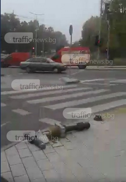 Нов пловдивски булевард се оказа тесен, камион помете четири антипаркинг колчета ВИДЕО
