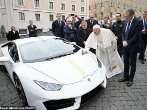 'Ламборгини' подари кола уникат на папата в тон с дрехите му