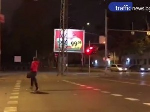 Безумно пресичане в Пловдив! Девойка мина на червено и с гръб към колите на опасен булевард ВИДЕО