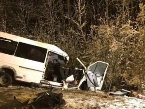 Тежка катастрофа между бус и камион, 15 души загинаха