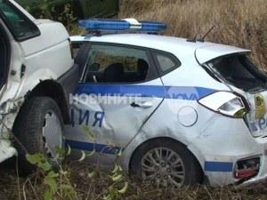 Кола помля патрулка, докато полицаите правели оглед на катастрофа СНИМКИ