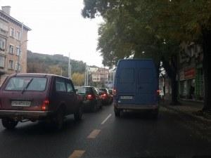 Събота ранен следобед: Пловдив затапен от стотици коли, 20 минути се чака на светофар СНИМКИ