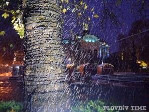 Студен фронт минава през страната, носи дъжд и сняг