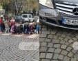 Деца сложиха цветя на пешеходна пътека, шофьорка с мерцедес ги напсува СНИМКИ