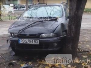 Катастрофа сандвич – автомобил затисна Фиат в дърво СНИМКА И ВИДЕО