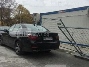 Нов инцидент от бригадите за безплатно саниране - ограда се стовари върху BMW в Пловдив СНИМКИ