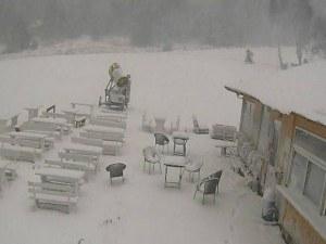 Снегът дойде! Бяла пелена покри земята само на 30 км от Пловдив СНИМКИ