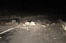Купчина скали се сгромоляса пред автомобил край Пещера СНИМКИ