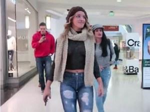 Момиче се разходи чисто голо в мол ВИДЕО