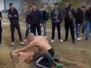 Публичен бой между ученици в Пловдив! Двама си нанасят тежки удари заради чат ВИДЕО