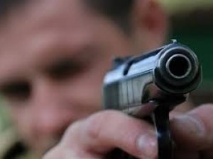 Див екшън! Старец опря пистолет в главата на съселянин