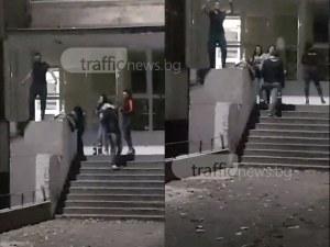 Кючек, цигари и алкохол: Разюздани младежи превърнаха входа на училище в Пловдив в кръчма ВИДЕО