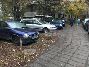 Пловдивски тарикати си направиха частен паркинг на общинска земя край Главната СНИМКИ и ВИДЕО