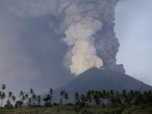 Пълна евакуация на остров Бали заради изригналия вулкан