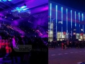 Опашки се извиха пред Колодрума, поп фолк фенове изпълниха залата СНИМКИ