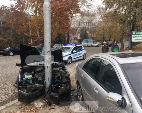 БМВ се натресе в стълб след сблъсък с Мерцедес в Кючука, един е в болница ВИДЕО И СНИМКИ